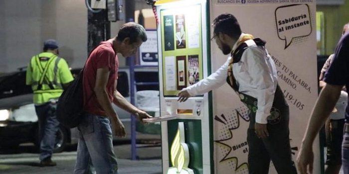 Автомат по выдаче книг предоставляет бесплатно адвентистские издания на общественной площади